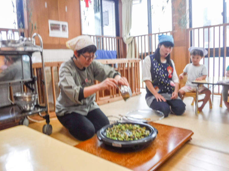 3歳児クラス収穫野菜のクッキング